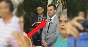 De toekomstige bruidegom staat bij het altaar: als hij de bruid ziet voor de eerste keer verrast hij iedereen met zijn reactie!