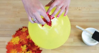 Cola algumas folhas em um balão: o resultado é uma decoração de outono!