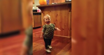Haar mama is zwanger en haar dochter imiteert haar manier van lopen: hilarisch!