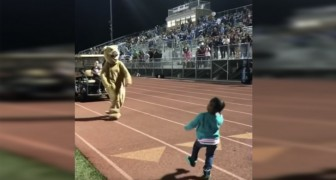 Ella comienza a bailar, pero cuando se une la mascota el publico se pone en pie para aplaudirlos!