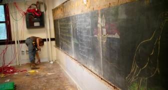 Iniziano a ristrutturare una scuola: dietro le pareti trovano lavagne di 100 anni prima...
