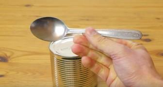 Vous n'avez pas d'ouvre-boîte? Voilà comment ouvrir une boîte de conserve avec une cuillère.