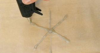 Coloca a cola quente no papel de forno: um truque fácil para a decoração de Natal!