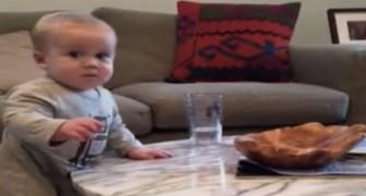 Die Mutter befiehlt ihm, das Glas nicht anzufassen: das Gesicht des frechen Kindes ist unbezahlbar!