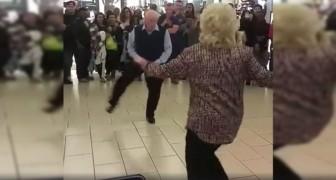 Começa uma canção: este casal de idosos não resiste e começa a dançar!