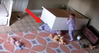 Die Kommode kippt um und ein Kind bleibt darunter stecken: der Zwilling rettet ihn auf diese Weise