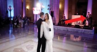 Os noivos dançam ao som da sua música preferida, mas atrás da noiva tem uma surpresa...