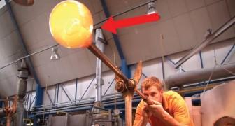 Começa soprando o vidro através de um tubo: a obra final é linda!