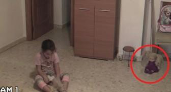 Filmano la bambina mentre gioca: tenete gli occhi sulla bambola di fianco