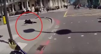 Un motociclista vede un anziano cadere per strada: quello che fa dopo è da applauso!