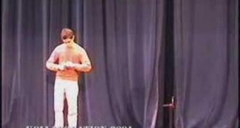 Il ragazzo più snodato balla robot dance