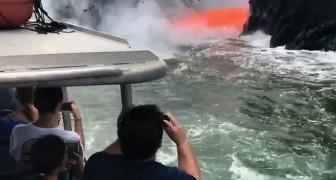 Os turistas são surpreendidos por um jato de lava enquanto passeiam de barco: o espetáculo é único!