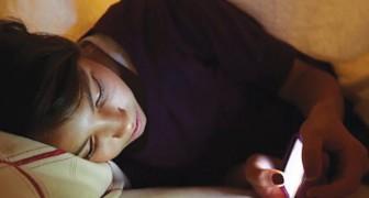Nutzt du oft noch das Handy bevor du schlafen gehst? Lies hier, warum du das lassen solltest...