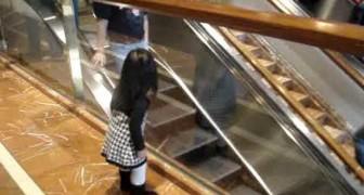 Ein wirklich freundliches kleines Mädchen im Shoppingcenter