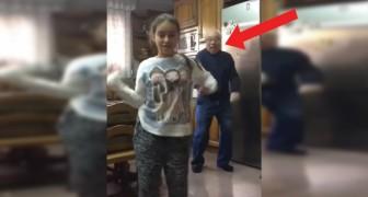 La jovencita se desata delante a la camara ero es el abuelo detras de ella a dar el verdadero espectaculo!