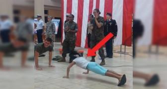 Opdrukwedstrijd tussen een soldaat en een meisje: deze wedstrijd eindigt slecht... voor hem!