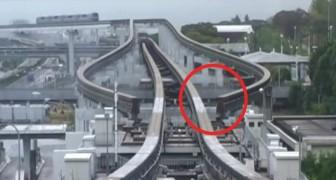 De monorail komt aan: het systeem van de Japanse monorail is onberispelijk en nauwkeurig!