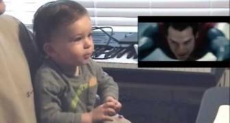 Un bebè mirando Superman