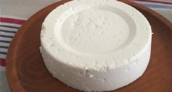 Come ottenere un gustoso formaggio fresco fatto in casa con 1 litro di latte, un vasetto di yogurt e mezzo limone