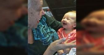Eine taube Oma bringt dem Enkelkind die Zeichensprache bei: diese Konversation ist unbezahlbar