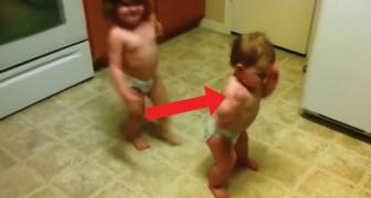 Als de muziek begint gaan deze twee kinderen uit hun dak: te schattig!