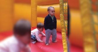 Personne n'est plus élégant que cet enfant de 2 ans sur le château gonflable