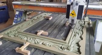Una macchina ad alta precisione intaglia una cornice in legno: il processo vi terrà incollati allo schermo