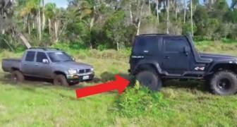 Gli si impantana la macchina nel fango, ma quando arrivano ad aiutarlo... è anche peggio!