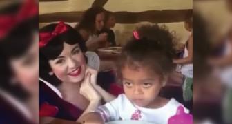 Branca de neve vai visitar algumas crianças: a reação dessa menininha é hilária
