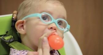 La petite fille vient de recevoir un implant cochléaire: après 1 an, elle entend la voix de sa maman