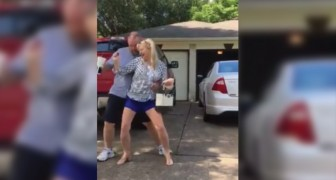 Los padres averguenzan a la hija bailando en la calle de manera desenfrenada