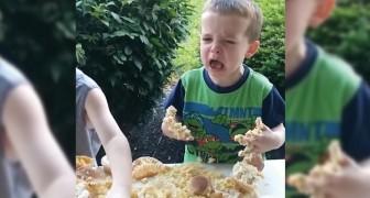 2 Brüderchen entdecken, dass sie ein Schwesterchen bekommen: beurteilt selbst ihre Reaktionen...