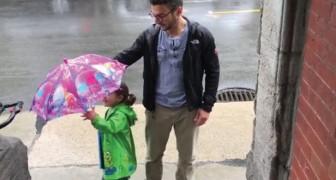 Vater und Tochter haben nur einen Schirm: die Lösung? Sehr sympathisch!