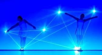 Uniscono danza e luce: questa performance MAGICA vi terrà incollati allo schermo.