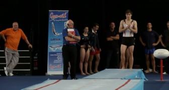 Questo ginnasta infrange tutte le leggi della fisica: guardate cosa riesce a fare!