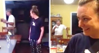L'une des jumelles rejoint ses parents dans la cuisine, mais eux, ils n'ont aucune idée qu'il s'agit de l'AUTRE