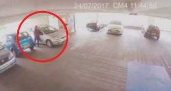 Un voleur tente de voler une voiture, mais il ne sait pas qu'il va tomber sur un expert en arts martiaux