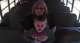 Busskameran spelar in en busschaufför som räddar ett barn från att kvävas: vilken hjältinna!