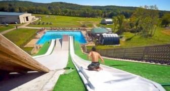 Saltos na piscina graças ao super escorregador!
