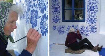 Questa donna di 90 anni dipinge sui muri delle case ed ha reso irriconoscibile il suo paese