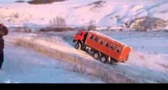 Sale con un camion su un colle innevato: la sua abilità vi lascerà col fiato sospeso