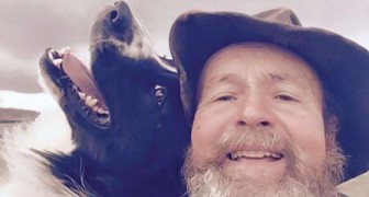 La figlia gli insegna come usare il cellulare: i selfie che si scatta quest'uomo arrivano in capo al mondo