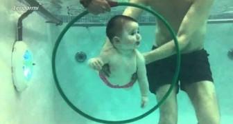 Istanti emozionanti di genitori che insegnano ai propri bimbi a nuotare