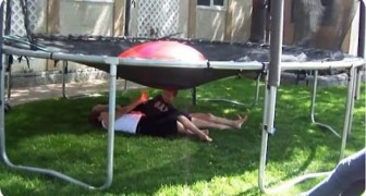 He gets his children to lie down under the trampoline: what he's planning is ... hilarious !