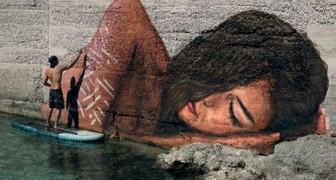 La Bella Addormentata è sull'acqua: ecco l'artista che dipinge a cavallo di una tavola da surf