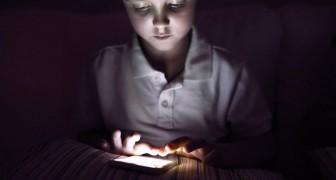 Un'esperta di dipendenze rivela: Dare uno smartphone a tuo figlio equivale a fornirgli una dose di droga