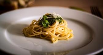 Mangiare di meno allunga la vita: la scienza ci spiega il perché