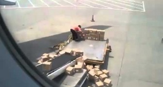 The worst airport worker in the world !