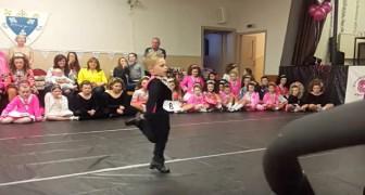 Wanneer dit kleine talent zijn voetjes begint te bewegen... is het applaus helemaal voor hem!