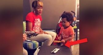 Il figlio di 2 anni tiene il ritmo mentre la mamma canta e dimostra di avere un talento formidabile